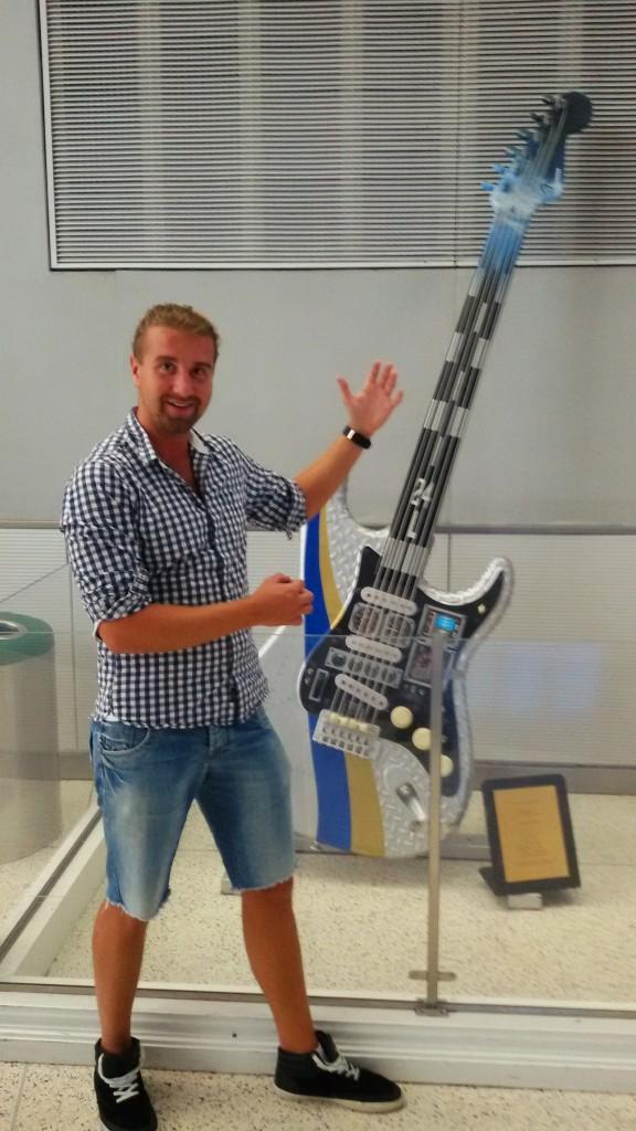 gitara na lotnisku